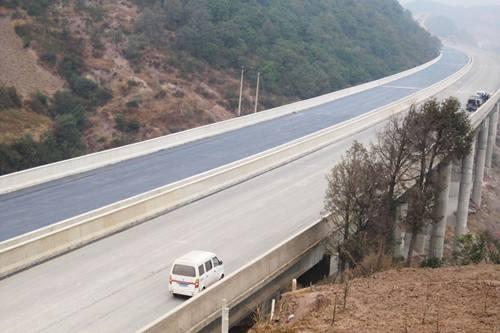2雷新斌主持修建的云南武昆五标小高仓大桥一览3.jpg